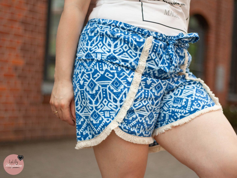 Jumpsuits sind ein Sommertrend. Trotz seiner coolen Optik und des bequemen Tragegefühls, haben sie aber auch Nachteile. Ich erkläre dir in meinem Blogbeitrag, wie du ein Outfit nähst, das die modische Optik eines Jumpsuits hat, obwohl es ein Zweiteiler aus Coachella-Shorts und Superbia ist.