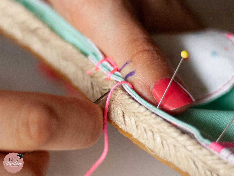 Handstiche sind für viele Hobbynäherinnen eine große Herausforderung. Beim Espadrilles Sohlen annähen sind sie unumgänglich.