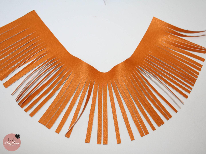 Kunstleder Tassels sind tolle Taschenanhänger und liegen absolut im Trend. In meinem kurzen Tutorial zeige ich dir, wie du sie einfach aus Resten selbermachen kannst!