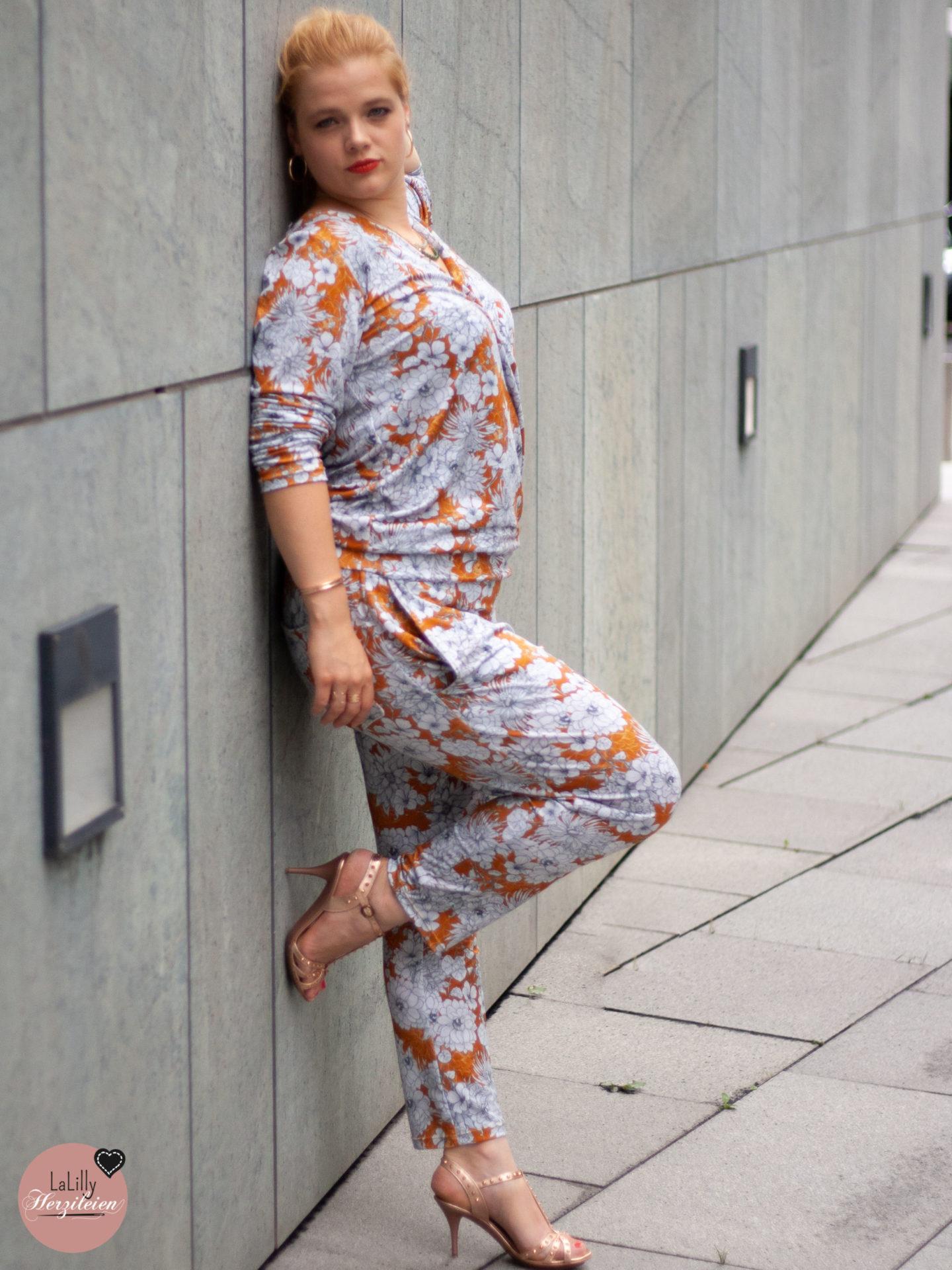 """Nachdem ich dir schon einiges zum Fotografieren am Modell berichtet habe, geht es ins nächste Kapitel dieses großen Themenkomplexes: Posing und Perspektive. Warum mein selbstgenähter Jumpsuit nicht wie ein Schlafanzug wirkt erkläre ich dir unterfüttert mit dem Wissen aus dem Buch """"Models richtig fotografieren"""" aus dem Stiebnerverlag"""