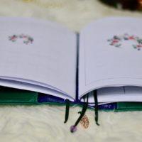 Näh dir ein individuelles Traveller Notebook mit der kostenlosen Anleitung Journal Alma! Du kannst die Hülle für Hefte im DIN A5 oder DIN A6 Format nähen!