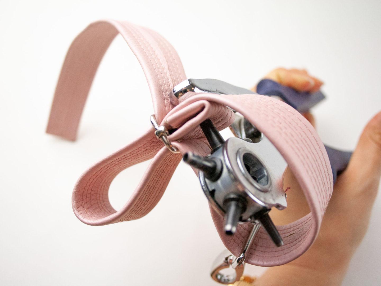 Du liebst selbstgenähte Handtaschen aber feste Gurte bieten dir nicht die nötige Flexibilität? Taschengurte kannst du ganz einfach mit Schiebern und Karabinern verstellbar und austauschbar machen! Ich zeige dir Schritt für Schritt wie es geht!