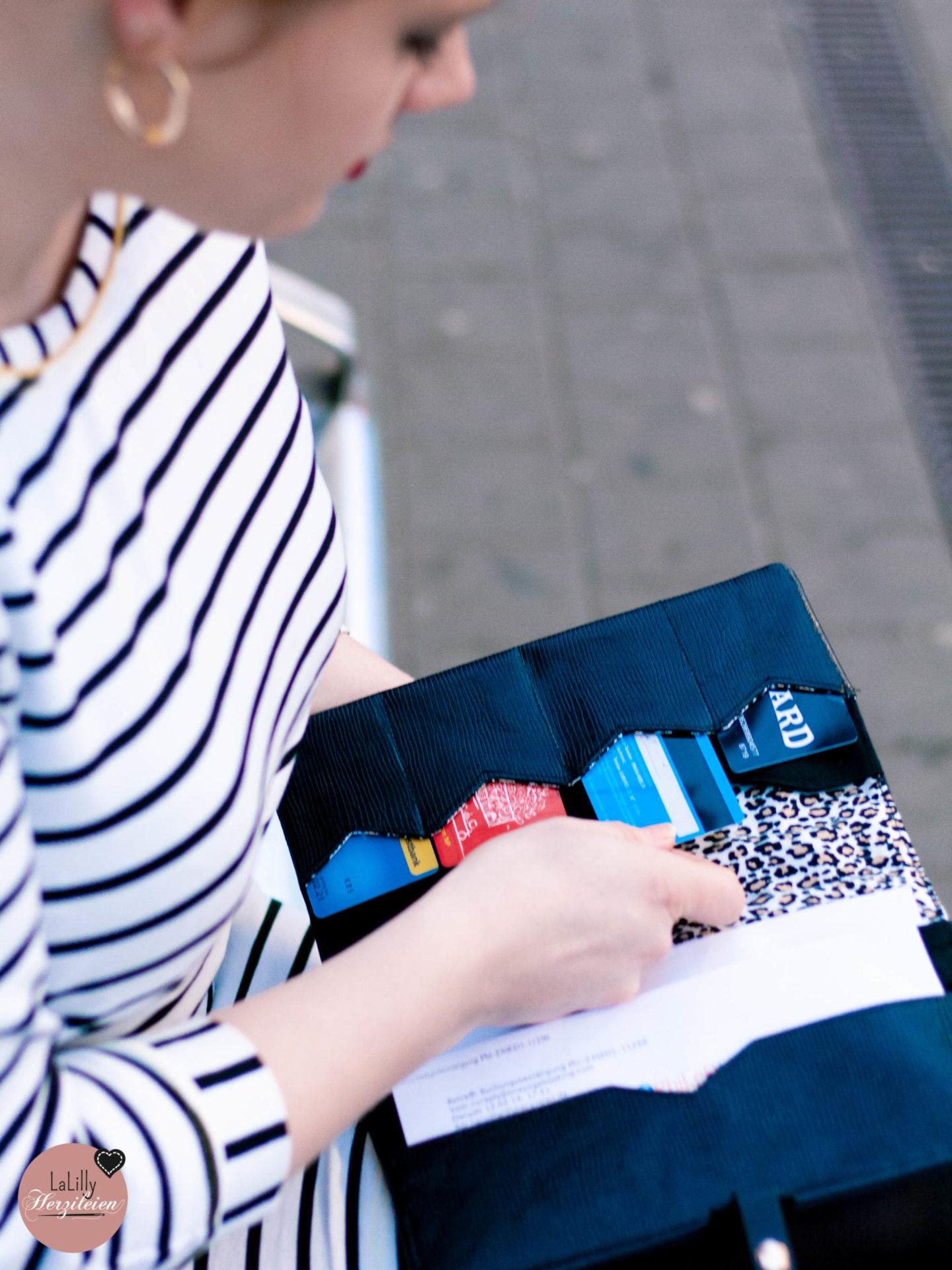 Du bist auf der Suche nach einem individuellen Geschenk oder brauchst eine Mappe für deine nächste Reise? Näh dir eine stylisches Reiseunterlagen Etui mit der Anleitung und dem Schnittmuster Traveller Briefcase Camino.
