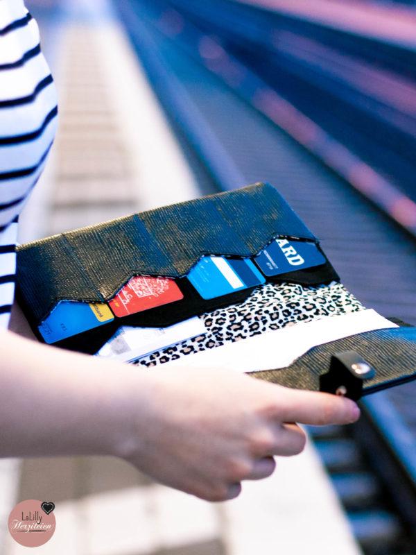 Du bist auf der Suche nach einem individuellen Geschenk oder brauchst eine Mappe für deine nächste Reise? Näh dir eine stylisches Reiseunterlagenetui mit der Anleitung und dem Schnittmuster Traveller Briefcase Camino.