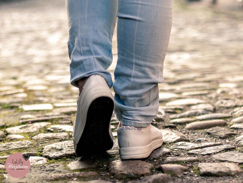 Anzeige: Heute stelle ich dir meinen Frühlingslook aus selbstgenähtem Outfit und meinen neuen Turnschuhen von Ganter vor. Liebst du auch Shirt, Jeans und Turnschuhe?