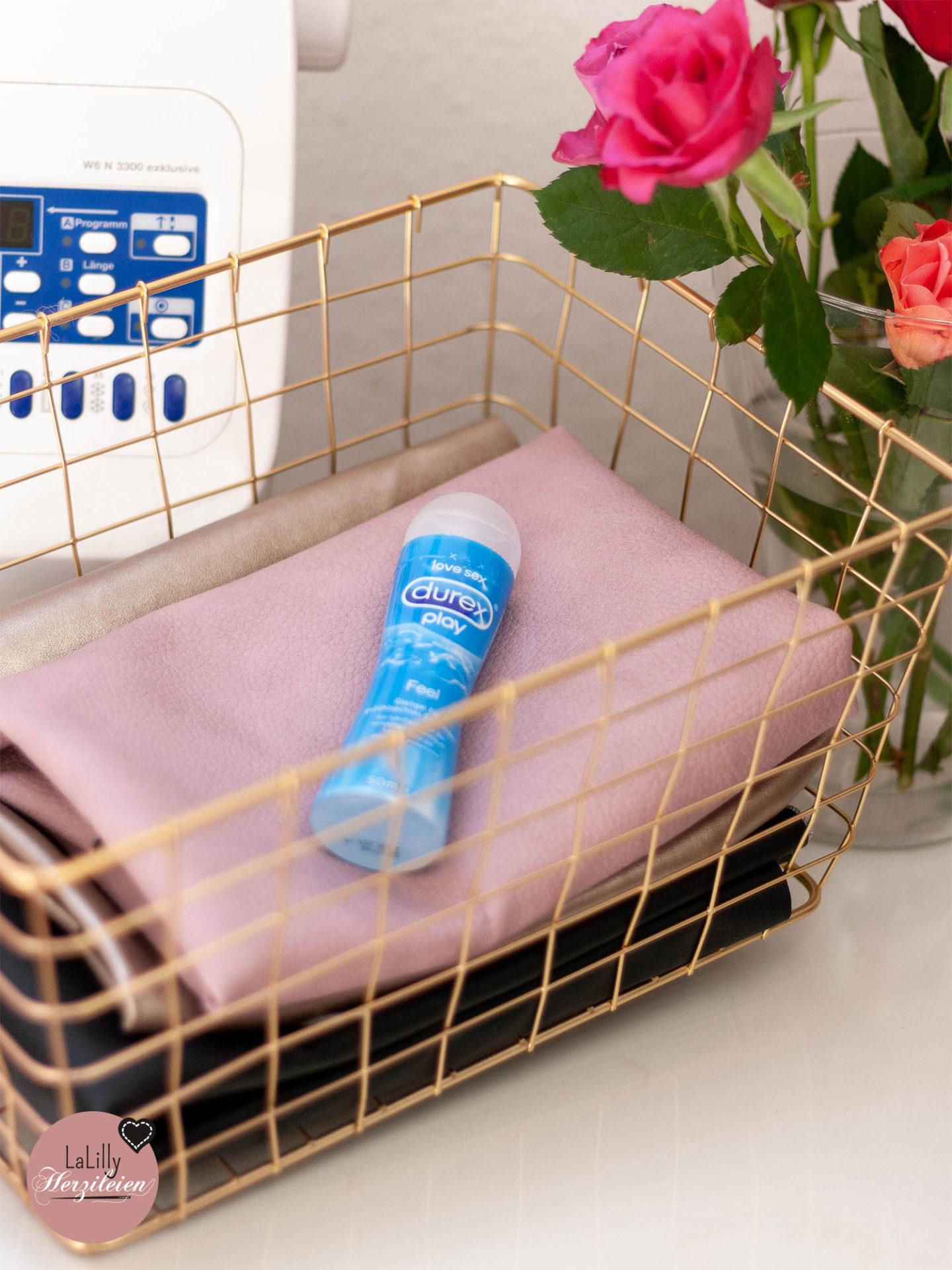 Anzeige: Gleitgel als Helfer an der Nähmaschine? Sex mit Gleitgel für 9 von 10 Frauen besser – es hilft dir aber auch beim Vernähen von Kunstleder, Wachstuch & Co. Am Beispiel meiner Bucketbag Amabel, deren Kunstleder schwer zu vernähen war, zeige ich dir, wie dir Gleitgel an der Nähmaschine helfen kann und welches Durex Gleitgel mein Favorit für diesen Zweck ist!