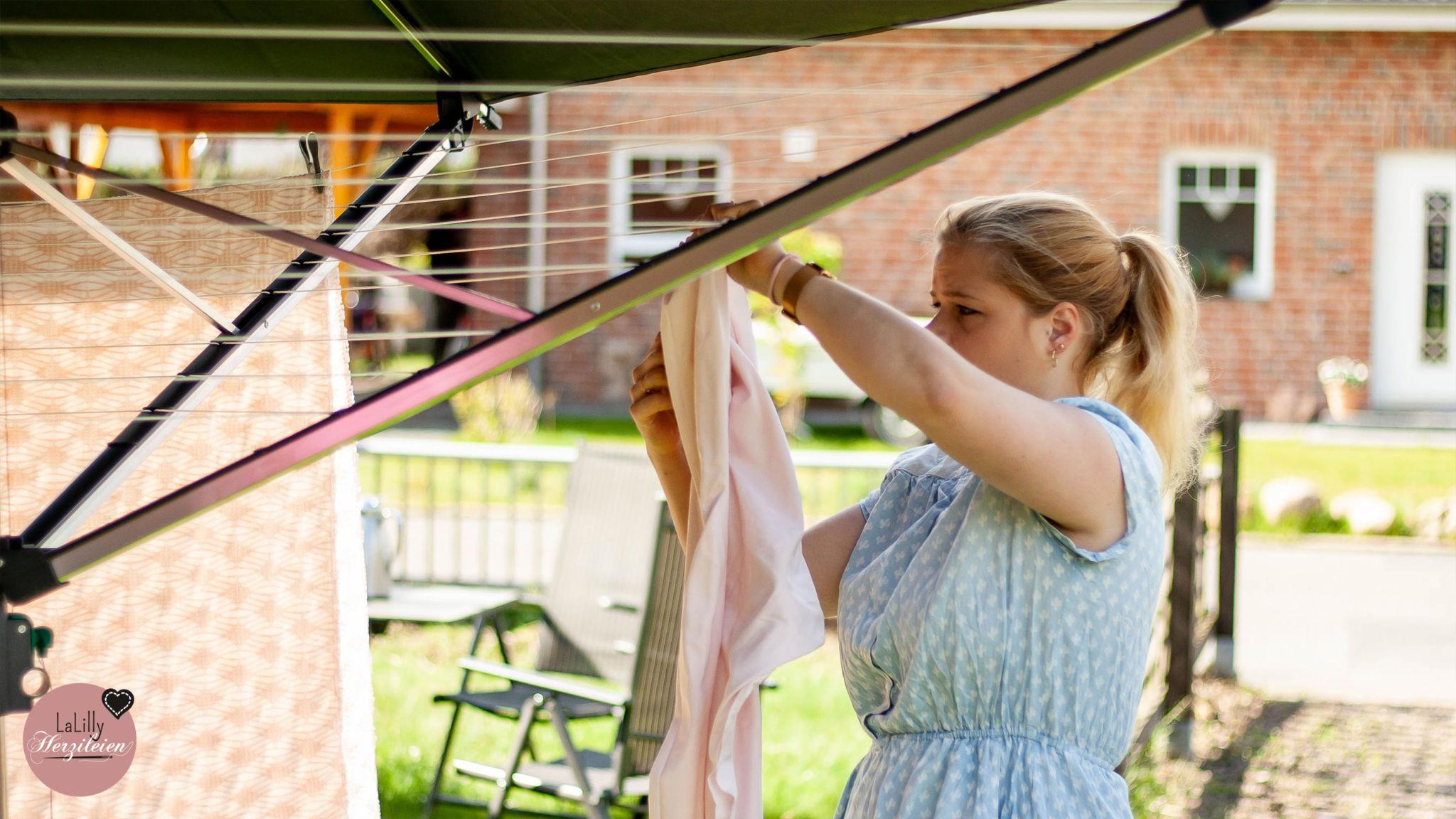 Anzeige: Stoff vorwaschen und trocknen auf der ersten Wäschespinne mit Dach