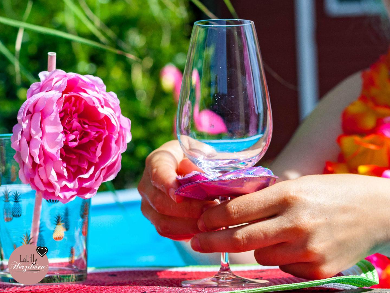 Anzeige: Eine Poolparty ist genau die Richtige Gelegenheit um im Sommer eine entspannte Zeit mit einem guten Wein und netten Leuten zu haben. Bist du auf der Suche nach DIY Ideen für deine Poolparty? Heute zeige ich dir wie du schwimmende Gläserhalter nähen kannst!
