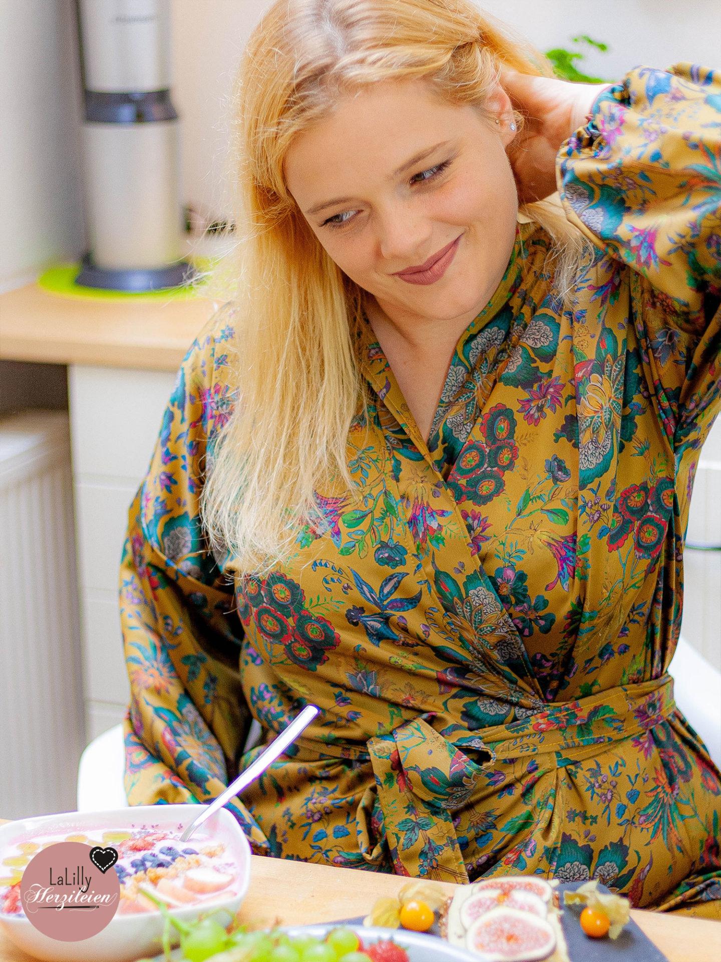 Anzeige: Wann hast du dir zuletzt so richtig Me-Time gegönnt? Zeit für diich ohne weitere anstehende Aufgaben, die du im Auge behalten musstest? Ich nehme mir diese Zeit jetzt ganz bewusst indem ich freitags nur für mich so richtig schön frühstücke! Ich zieh mir mein gemütliches, selbstgenähtes Kimonokleid Ainhoa an, und gönne mir mein altes geliebtes Ritual: Yakult, Obst, Joghurt und Zeit nur für mich!