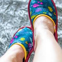 Anzeige: Mit dem kostenlosen Tutorial für die Hausschuhe Zapatilla kannst du selber Pantoffeln nähen. Sie eignen sich wunderbar als Geschenk oder um sie für Gäste bereitzuhalten und du kannst sie in unzähligen Varianten gestalten! Ergänze sie doch um die Schlafmaske Sueño - das Tutorial findest du ebenfalls auf. meinem Blog!
