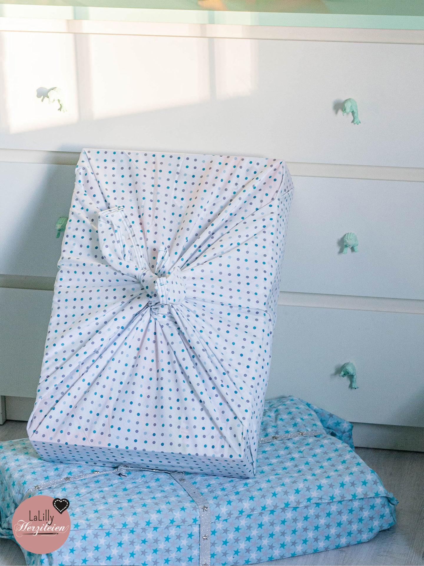 Anzeige: Mit der japanischen Furoshiki-Technik kannst du Geschenke nachhaltig verpacken: Die Stofftücher können anschließend als Tischdecke, Tasche, Schal und vieles anderes verwendet werden! in meiner kostenlosen Anleitung erkläre ich dir die japanische Knotentechnik!