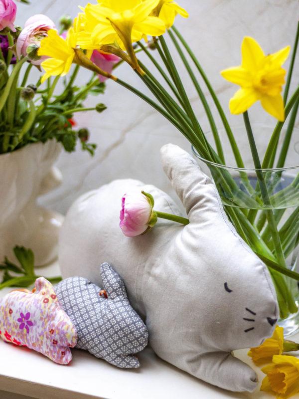 Osterdeko nähen macht Lust auf Frühling und hilft gegen Stoffreste. Ich habe dir 100 kostenlose Anleitungen rund um Ostern zusammengestellt
