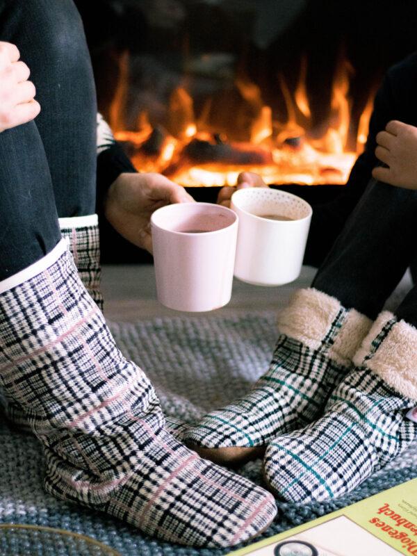 Mit dem Schnittmuster Hüttenschuhe Comodidad, Kids und Family, kannst du nähen mit Beamer ausprobieren und dir warme Füße verschaffen! Denn mit der Anleitung sind warme Hüttenschuhe für die Größen 20-47 ganz einfach umzusetzen!